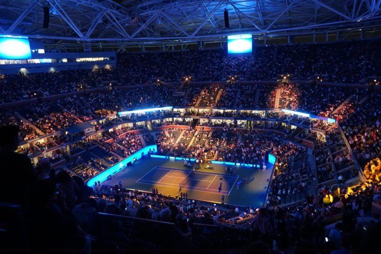 Tennisplatz im Dunkeln Indoor
