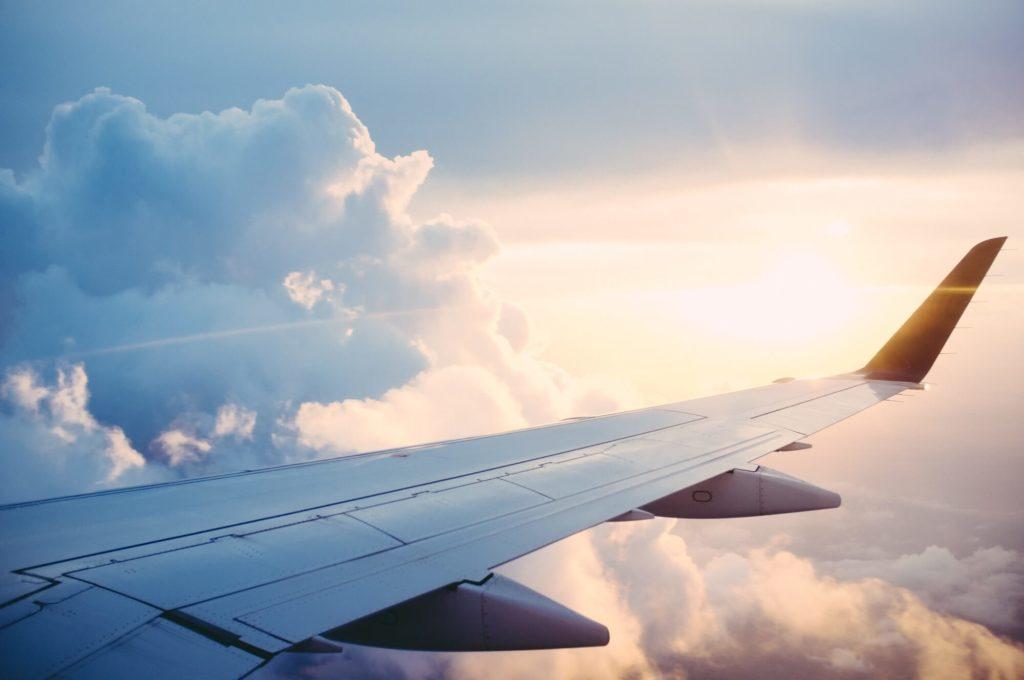 Flugzeug Flügel in der Sonne