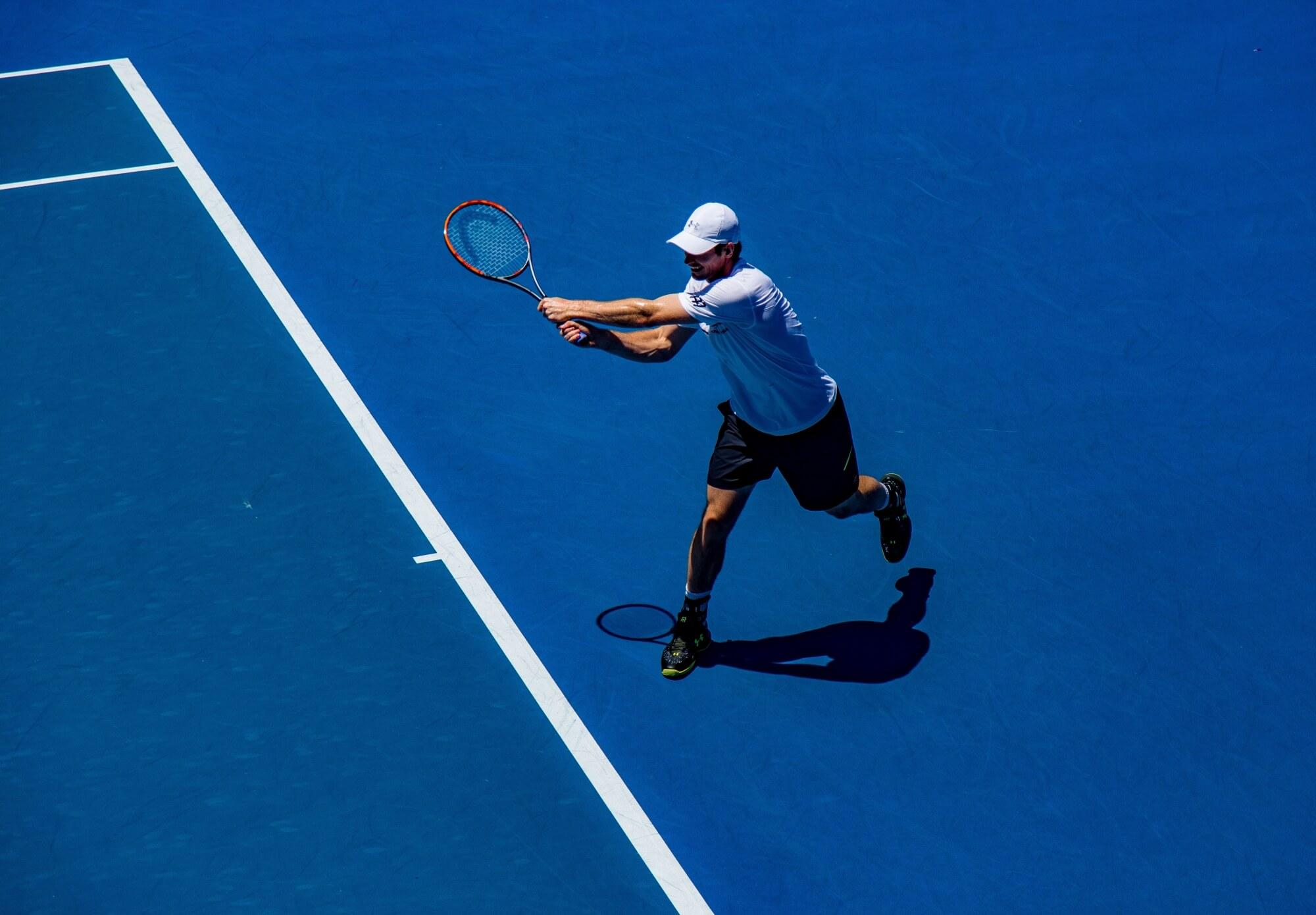 Person die Tennis spielt